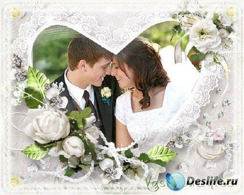 Ажурная свадебная фоторамочка с белыми розами и обручальными кольцами
