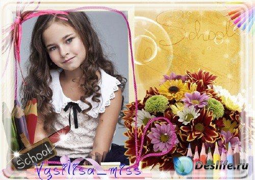Красивая школьная фоторамка с букетом осенних цветов и цветными карандашами