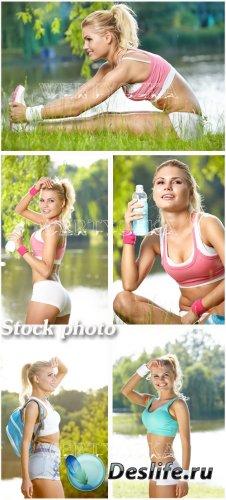 Девушка занимается спортом / The girl is engaged in sports - Raster clipart