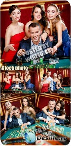 Мужчина с женщинами играют в казино / Man with the women playing at the cas ...