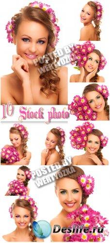 Прекрасные девушки с букетами цветов - сток фото