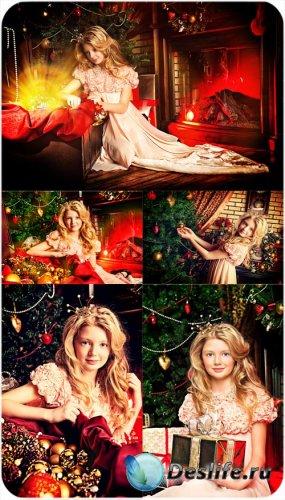 Маленькая принцесса у новогодней елки - сток фото