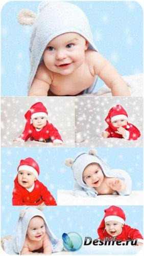 Веселый маленький ребенок в шапке санты - сток фото