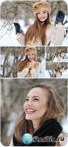 Девушка в зимнем лесу - сток фото