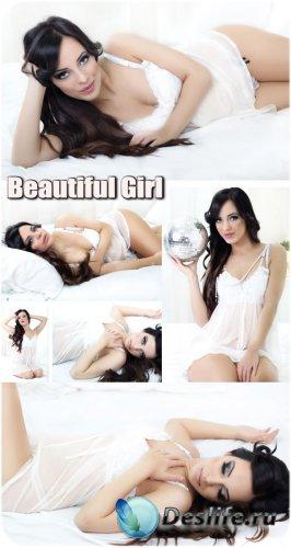 Красивая девушка в белом пеньюаре - сток фото