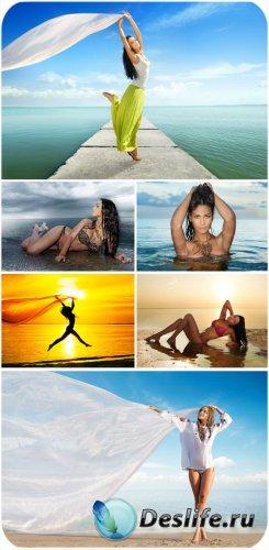 Девушки на море, морские пейзажи - сток фото