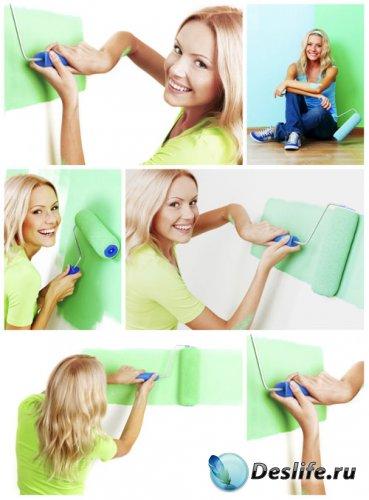 Девушка красит стены - сток фото