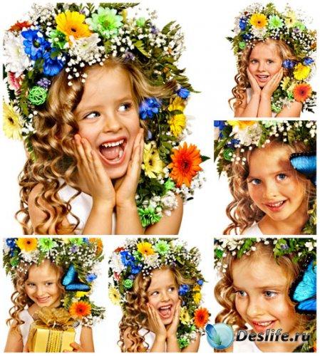 Девочка в цветочном венке - сток фото