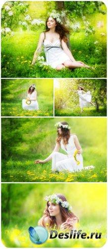 Девушка в цветочном венке, природа / Girl in a flower wreath, nature - Stoc ...