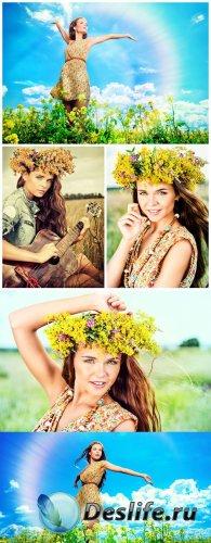 Девушка в цветочном венке на природе / Girl in a flower wreath on the natur ...