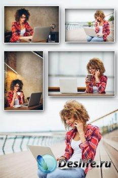 Девушка с ноутбуком, с телефоном (подборка изображений)